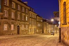 Rua e casas novas da cidade na noite em Varsóvia fotos de stock