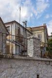 Rua e casas velhas na cidade velha de Xanthi, de Macedônia do leste e de Thrace, Grécia foto de stock