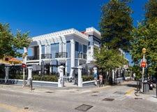 Rua e construção bonita na cidade nova do Rodes na ilha do Rodes, Grécia imagens de stock royalty free