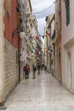 Rua e construções bonitas na Croácia velha de Sibenik da cidade Foto de Stock Royalty Free