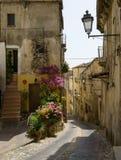 Rua e entrada estreitas da casa, Altomonte, Itália foto de stock royalty free