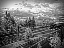Rua e estação de caminhos-de-ferro preto e branco da cidade Imagens de Stock