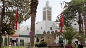 Rua e mesquita dos TETOUAN-muçulmanos fotografia de stock