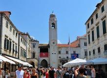 A rua e o palácio imagens de stock royalty free