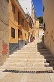 Rua e passeio estreitos velhos das escadas na Espanha de Biar Alicante. Fotografia de Stock