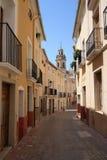 Rua e passeio estreitos velhos das escadas na Espanha de Biar Alicante Foto de Stock