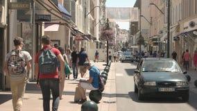 Rua e povos ensolarados da cidade video estoque
