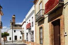 Rua e ruínas da igreja de Saint Martin, província de Niebla do século XIII, Huelva, a Andaluzia, Espanha fotografia de stock
