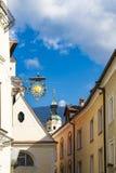 Rua e torre pequenas da catedral de Santa Maria Assunta e de San Cassiano Bressanone Brixen Italy fotografia de stock royalty free