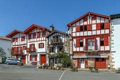 Rua em Ainhoa, Pyrenees-Atlantiques, França imagens de stock royalty free