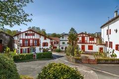 Rua em Ainhoa, Pyrenees-Atlantiques, França foto de stock