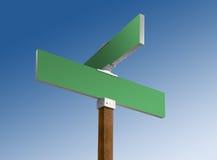 A rua em branco verde assina dentro céus azuis imagem de stock