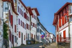 Rua em Espelette, Pyrenees-Atlantiques, França imagens de stock royalty free