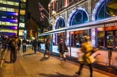 Rua em Londres durante a noite Fotografia de Stock Royalty Free