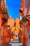 Rua em Medina de C4marraquexe, um local da herança do UNESCO em Marrocos Imagem de Stock