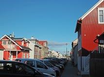Rua em Reykjavik com as casas vermelhas da chapa metálica Fotografia de Stock Royalty Free