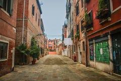 Rua em Veneza, decorada com flores, em Itália Imagens de Stock Royalty Free