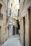 Rua encantador de Monopoli, Itália fotografia de stock