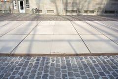 Rua ensolarada com sombras e bycicle imagem de stock royalty free