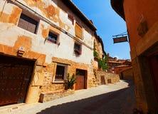 Rua ensolarada da cidade espanhola velha no verão Fotos de Stock Royalty Free