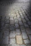 Rua escura do Cobblestone do fundo Imagens de Stock Royalty Free