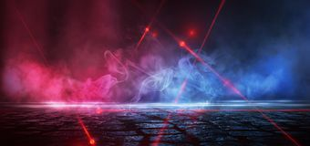 Rua escura, reflex?o da luz de n?on no asfalto molhado Raios do laser claro e vermelho na obscuridade imagens de stock royalty free