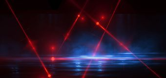 Rua escura, reflex?o da luz de n?on no asfalto molhado Raios do laser claro e vermelho na obscuridade fotografia de stock