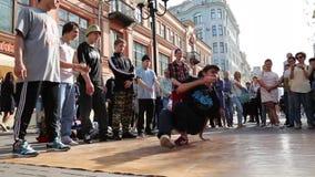Rua especializada nova do performingg do dançarino do hip-hop vídeos de arquivo