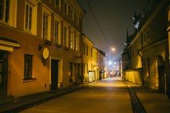 Rua estreita antiga de Vilnius da noite com arquitetura velha foto de stock