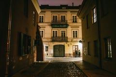 Rua estreita antiga de Vilnius da noite com arquitetura velha fotografia de stock