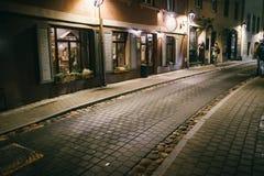 Rua estreita antiga de Vilnius da noite com arquitetura velha fotografia de stock royalty free