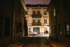 Rua estreita antiga de Vilnius da noite com arquitetura velha imagem de stock royalty free