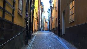 Rua estreita antiga em Éstocolmo central Cidade velha video estoque