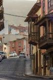 Rua estreita cênico da cidade de La Orotava Construções velhas com os balcões canarinos Tenerife da madeira de pinho, Ilhas Canár fotos de stock