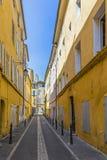 Rua estreita com as casas típicas no Aix Imagem de Stock