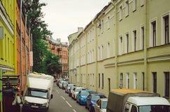 Rua estreita com as casas velhas em St Petersburg fotografia de stock royalty free