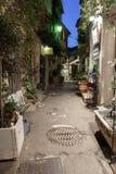 Rua estreita com as flores na cidade velha Mougins em França Ni Fotos de Stock Royalty Free