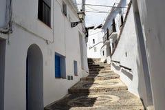 Rua estreita com etapas em Frigiliana, vila branca espanhola a Andaluzia Foto de Stock Royalty Free