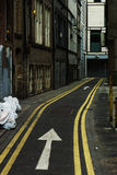 Rua estreita da cidade Maneira do sinal um da seta Manchester, Inglaterra, EUR Imagem de Stock