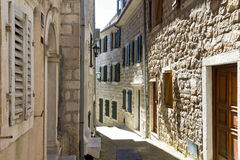 Rua estreita da cidade velha em Herceg Novi, Montenegro Imagem de Stock Royalty Free
