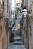Rua estreita da Croácia velha da cidade de Dubrovnik fotografia de stock