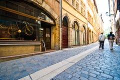 Rua estreita da pedra de Lyon França foto de stock