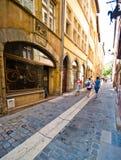 Rua estreita da pedra de Lyon França fotos de stock