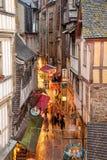 Rua estreita de Mont Saint Michel Abbey imagem de stock royalty free