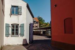 Rua estreita do distrito velho da cidade da cidade de Klaipeda, Lituânia Imagens de Stock