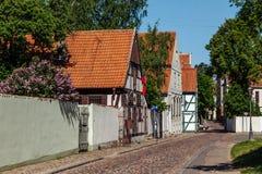 Rua estreita do distrito velho da cidade da cidade de Klaipeda, Lituânia Foto de Stock