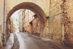 Rua estreita e arco velho Fotos de Stock Royalty Free