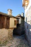 Rua estreita e casas tradicionais velhas em Kovachevitza, búlgara Fotos de Stock