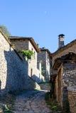 Rua estreita e casas tradicionais velhas em Kovachevitza, búlgara Fotografia de Stock
