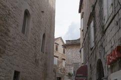 Rua estreita e fachadas encantadores na cidade velha de Trogir Imagem de Stock